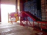 Boom conveyor for loading docks
